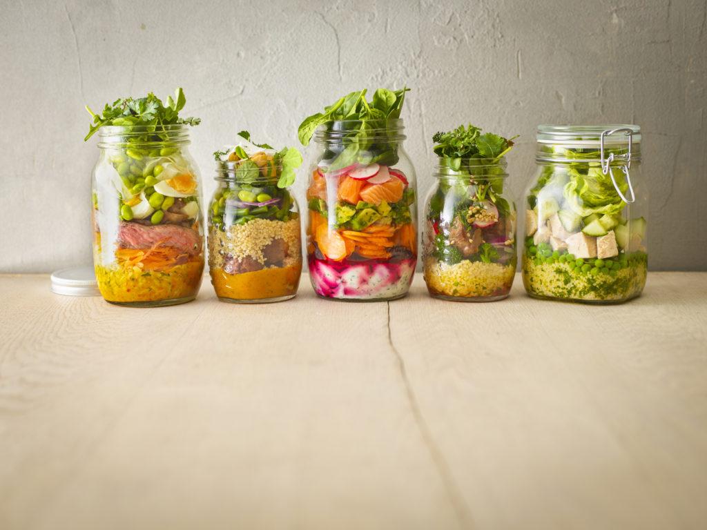 Tak perlu repot membawa kotak makan, gunakan saja toples untuk membuat salad - Rumah123.com