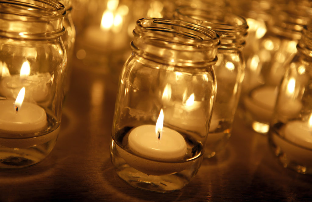 Lilin di dalam toples tak akan meninggalkan noda kotor di atas lantai - Rumah123.com
