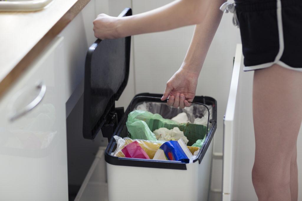 Dapur bersih lebih cepat jika kamu melapisi plastik dobel di tempat sampah - Rumah123.com