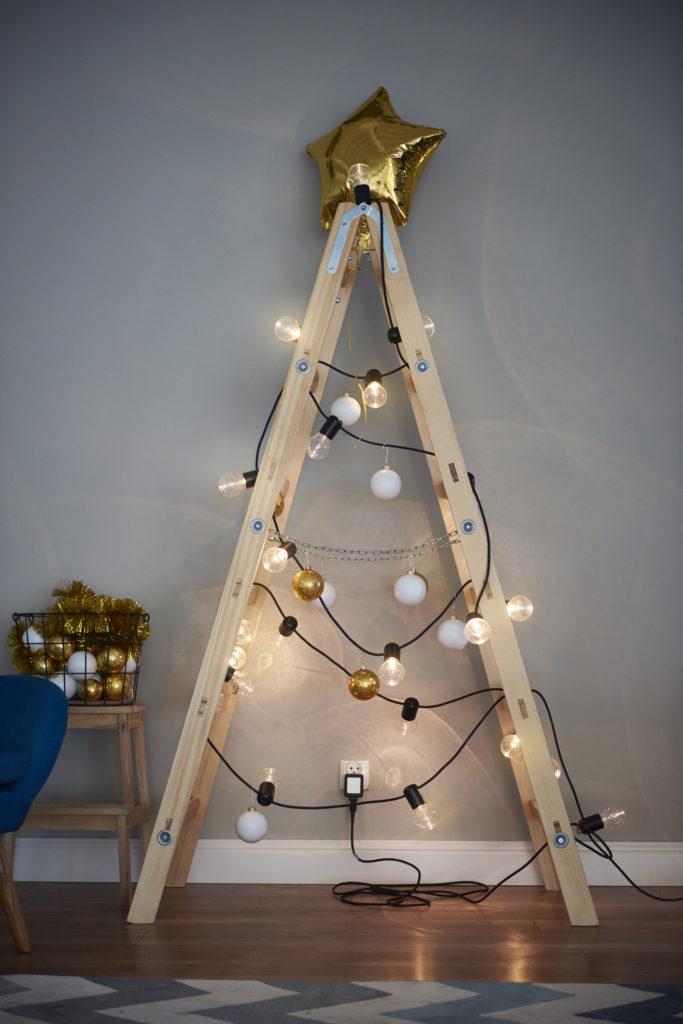 Tangga lipat yang jarang dipakai bisa berguna menjadi pohon Natal - Rumah123.com