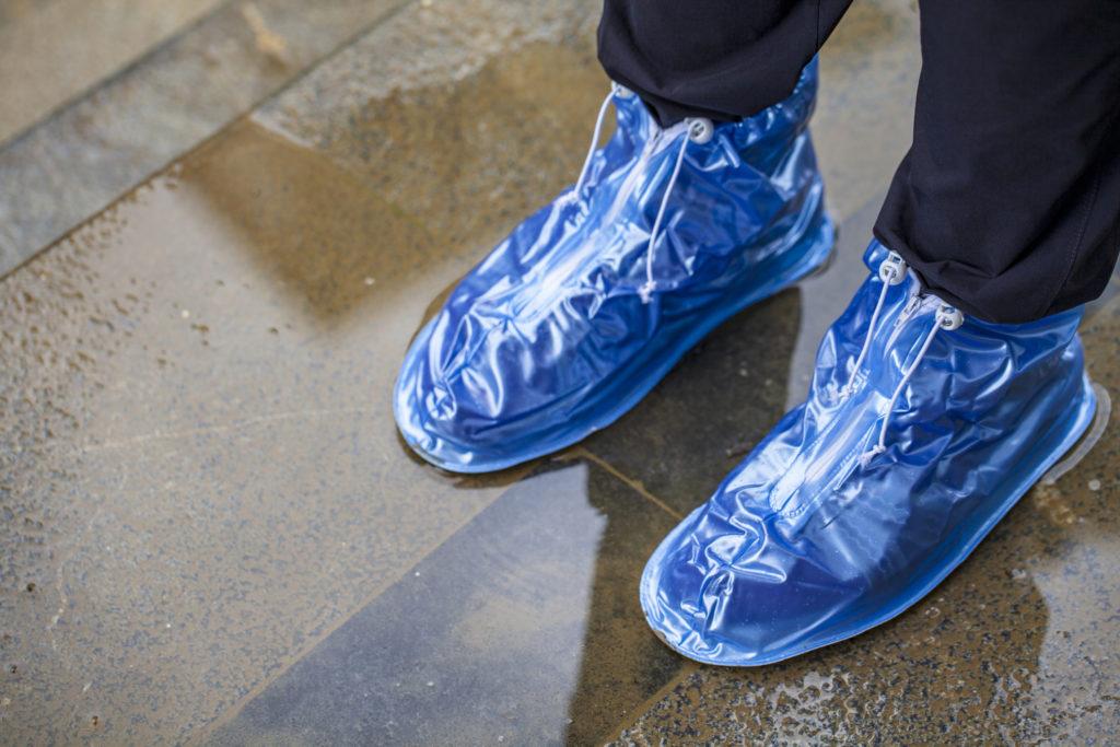 Shoes cover, bisa melindungi sepatumu dari genangan air musim hujan - Rumah123.com