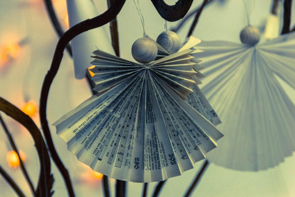 Ornamen pohon Natal dari kertas bekas - Rumah123.com