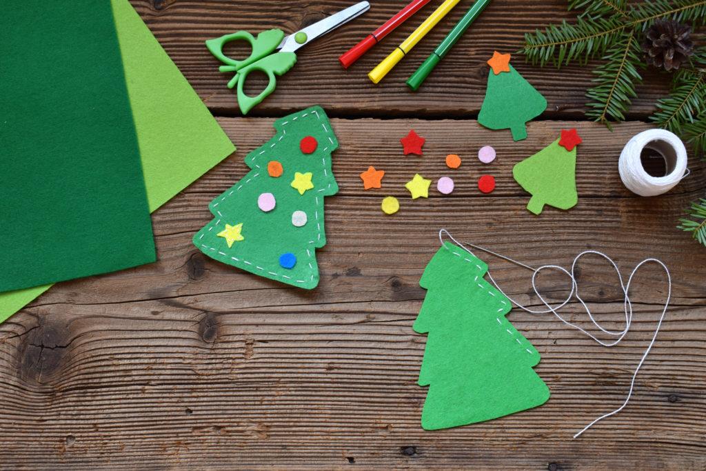 Hiasan pohon Natal dari kain flanel - Rumah123.com