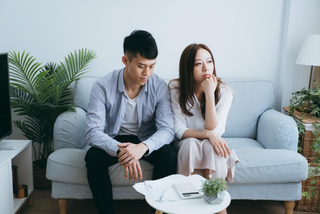 Ilustrasi pasangan sedang memikirkan cara bayar utang di tahun depan - Rumah123.com