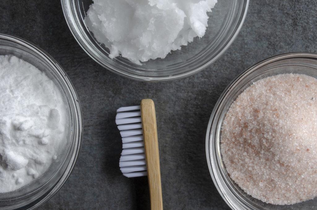 Baking soda dan campuran lemon atau stroberi merupakan salah cara memutihkan gigi paling ampuh - Rumah123.com