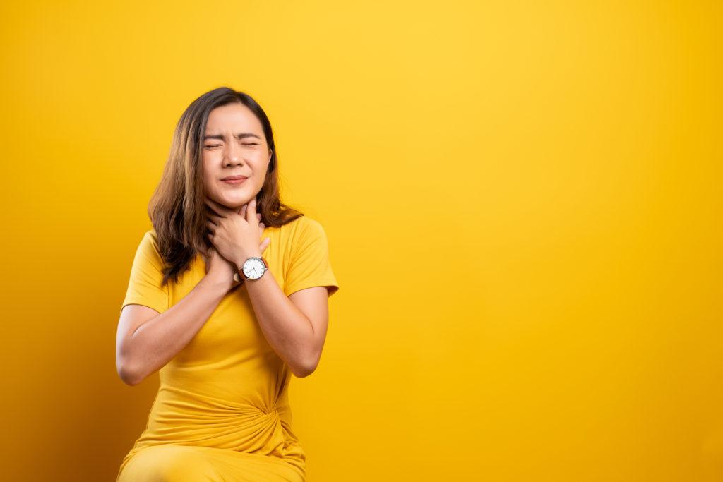 Ilustrasi seorang wanita sedang sakit radang tenggorokan - Rumah123.com