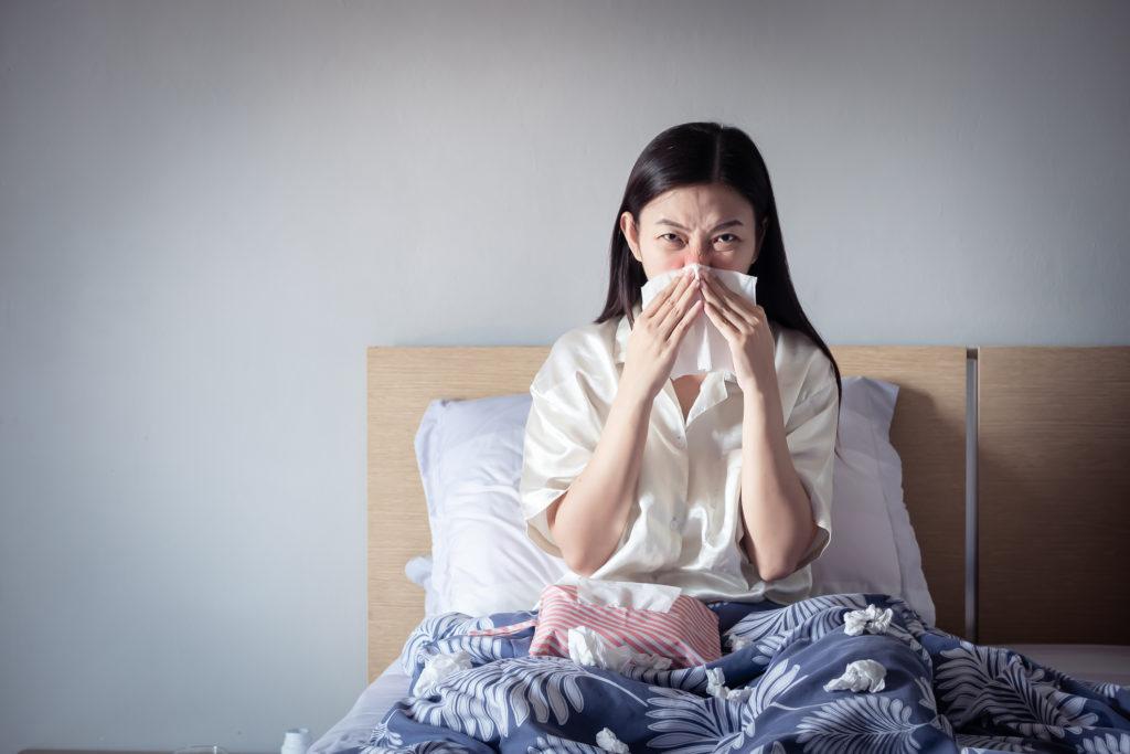 Seorang wanita menderita gejala sinusitis - Rumah123.com