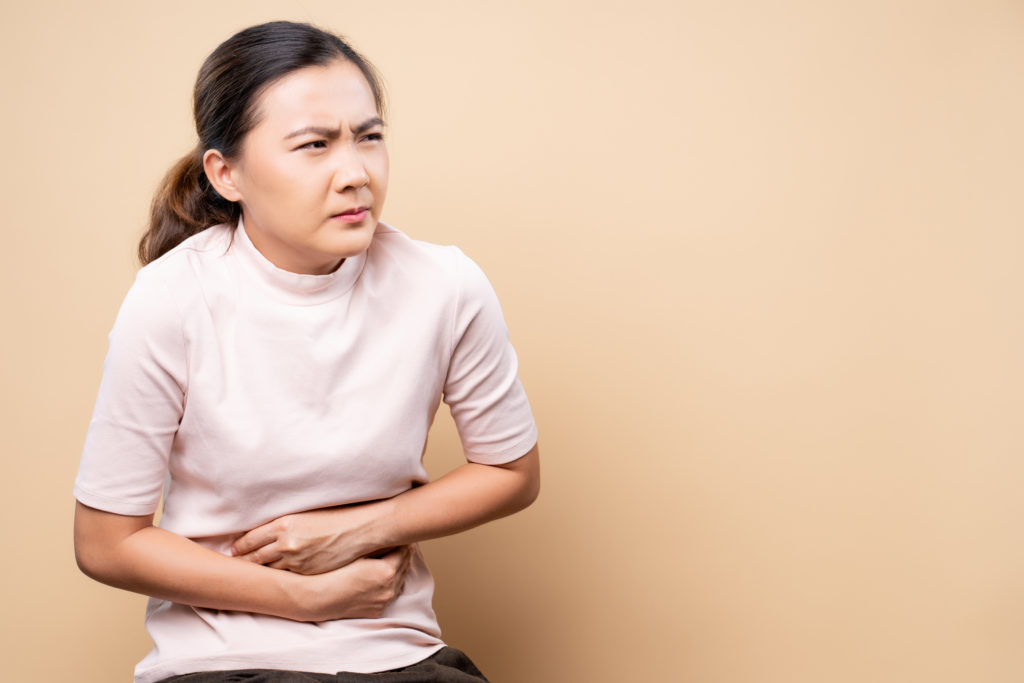 Olustrasi seorang wanita yang sedang menderita asam lambung naik - Rumah123.com