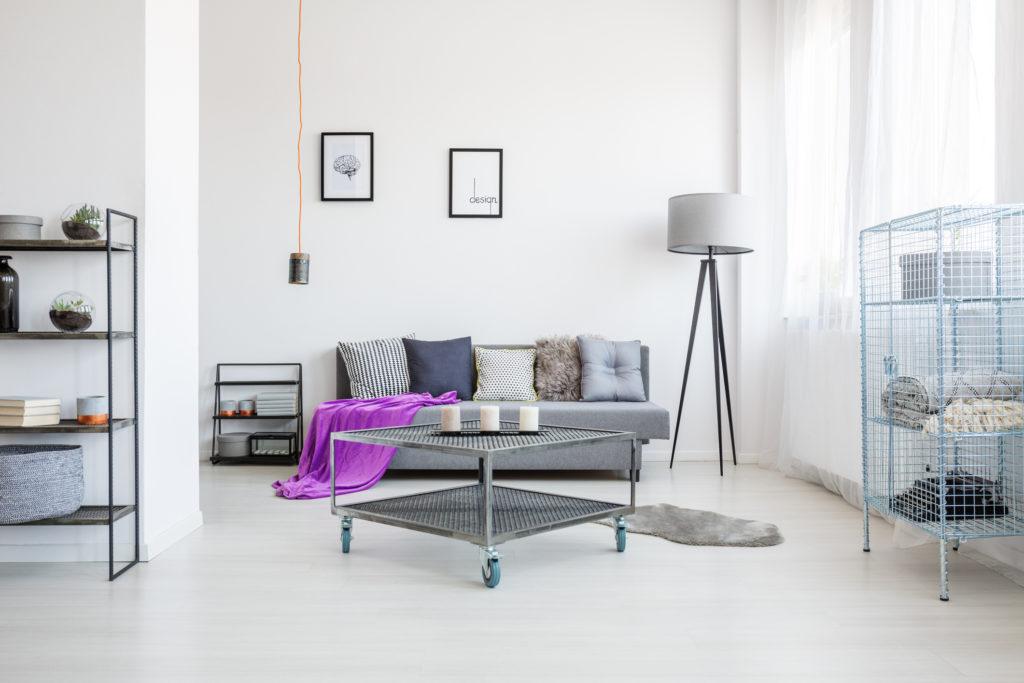 Celah di bawah perabotan bisa membuatmu lebih mudah ketika membersihkan sisa banjir - Rumah123.com