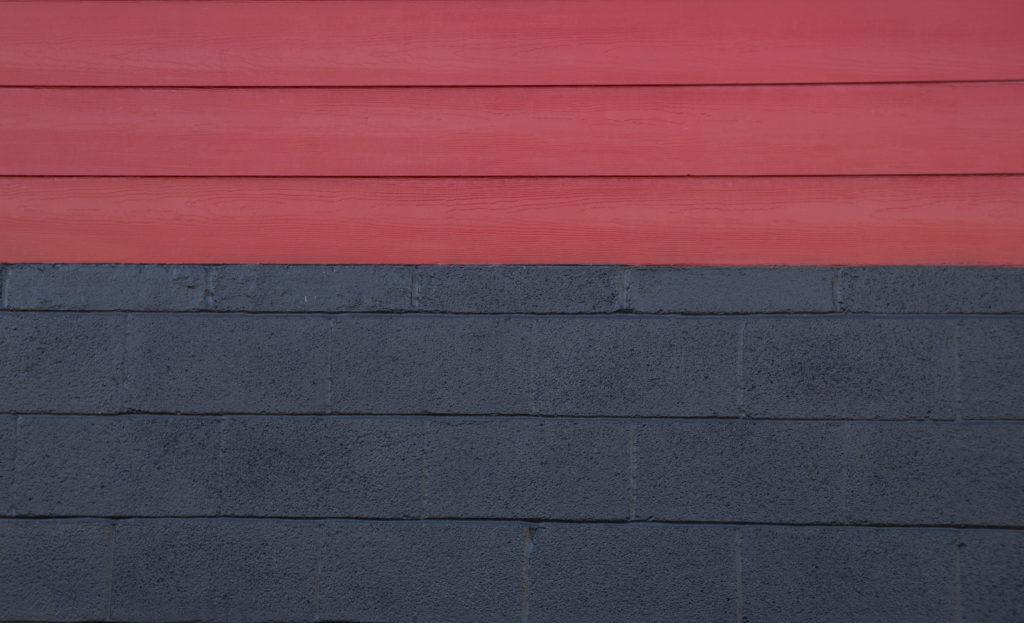 Mengecat warna hitam dengan warna hitam di bagian bawah agar dinding tak cepat kotor - Rumah123.com