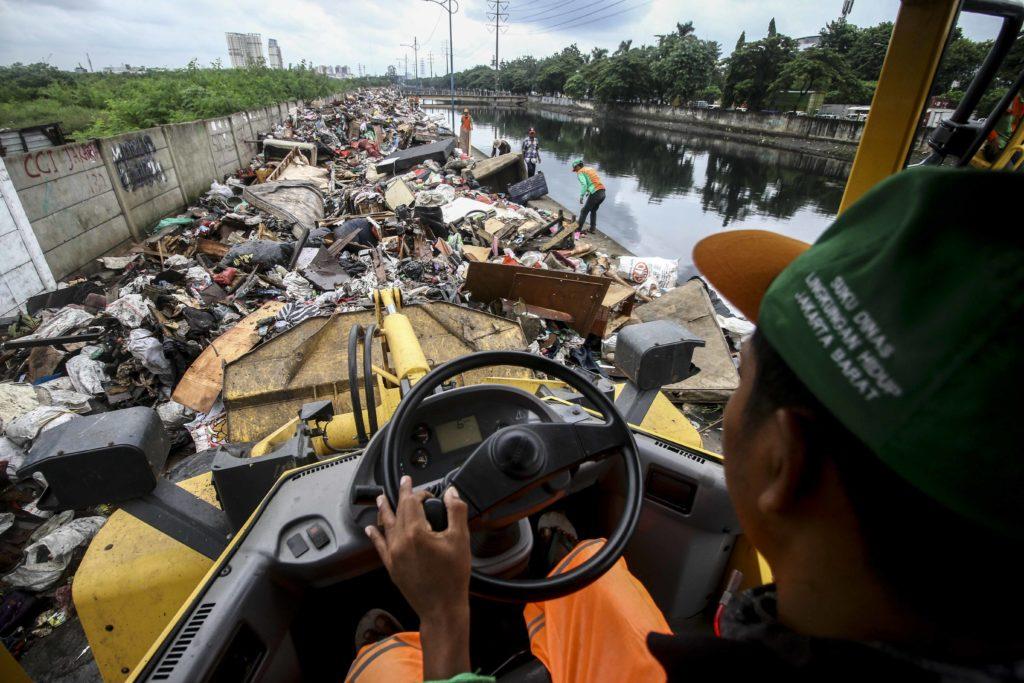 Sampah Menggunung Usai Banjir di Pinggiran Kali Cengkareng Drain