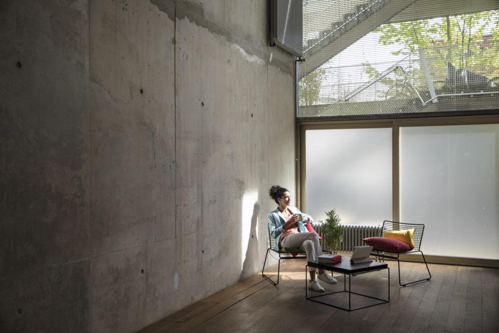 Kursi besi berwarna hitam dengan coffee table senada - Rumah123.com