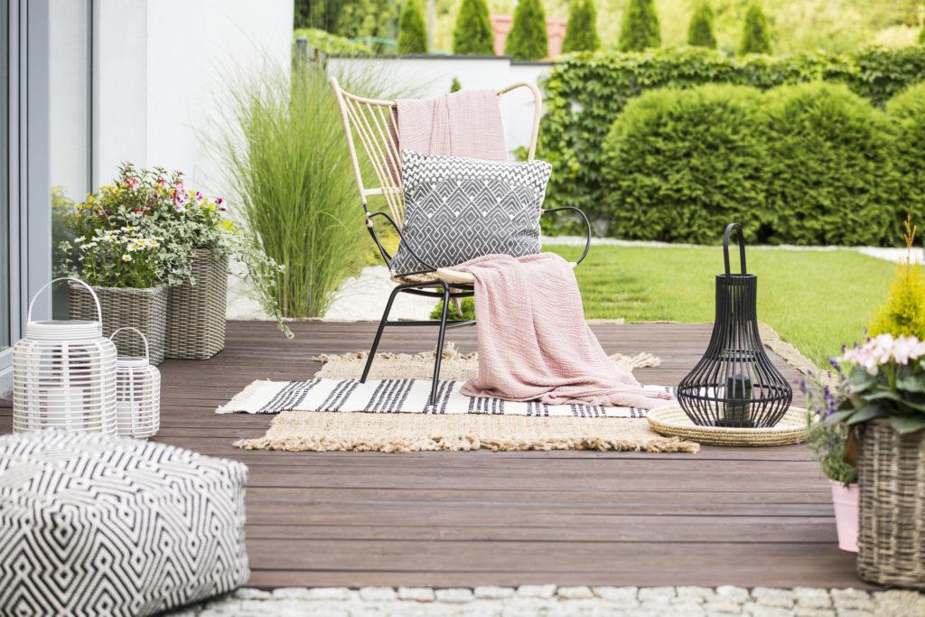 Kursi besi dan rotan, dipadukan dengan sofa mini - Rumah123.com