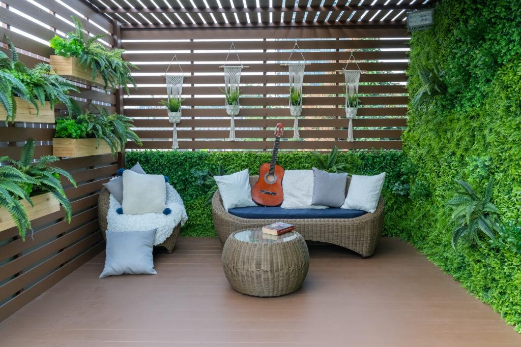 Set sofa dan coffee table dari rotan sintetis cocok untuk santai bareng keluarga - Rumah123.com