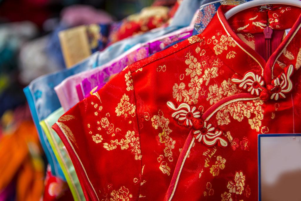 Wanita Tionghoa kerap menggunakan Cheongsam ketika Tahun Baru Imlek - Rumah123.com