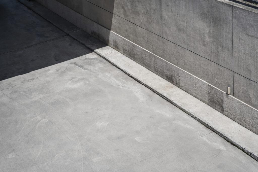 Lantai beton terkenal akan kekuatannya untuk menopang kendaraan besar - Rumah123.com