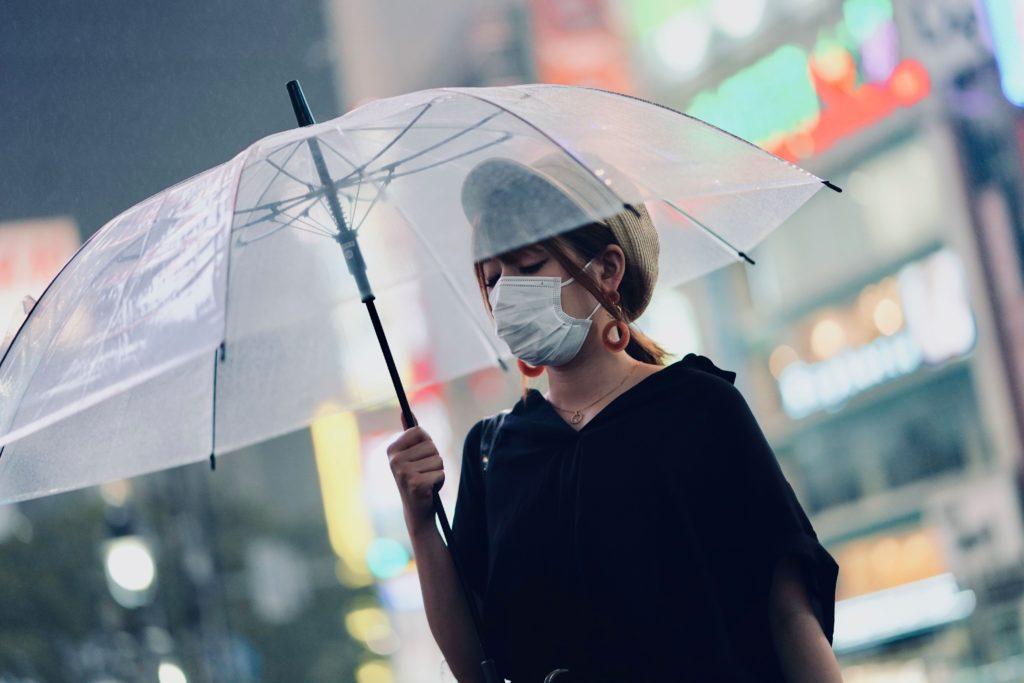 Menggunakan masker merupakan salah satu tips mencegah penularan penyakit akibat coronavirus - Rumah123.com