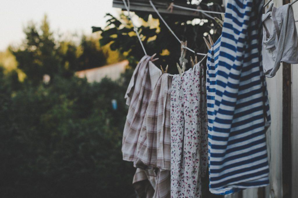 Dengan menggunakan cara mencuci baju yang tepat, pakaian jadi tak gampang kusam - Rumah123.com