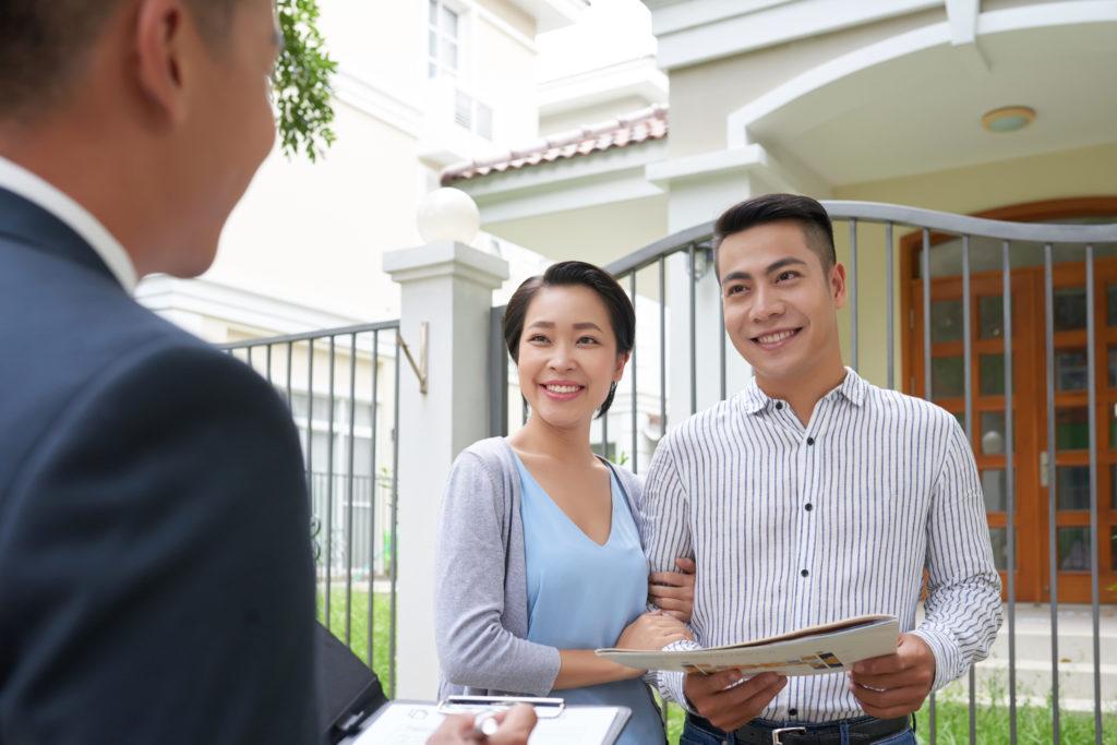 Ilustrasi pasangan sedang mempertimbangkan investasi tanah kavling atau rumah jadi - Rumah123.com