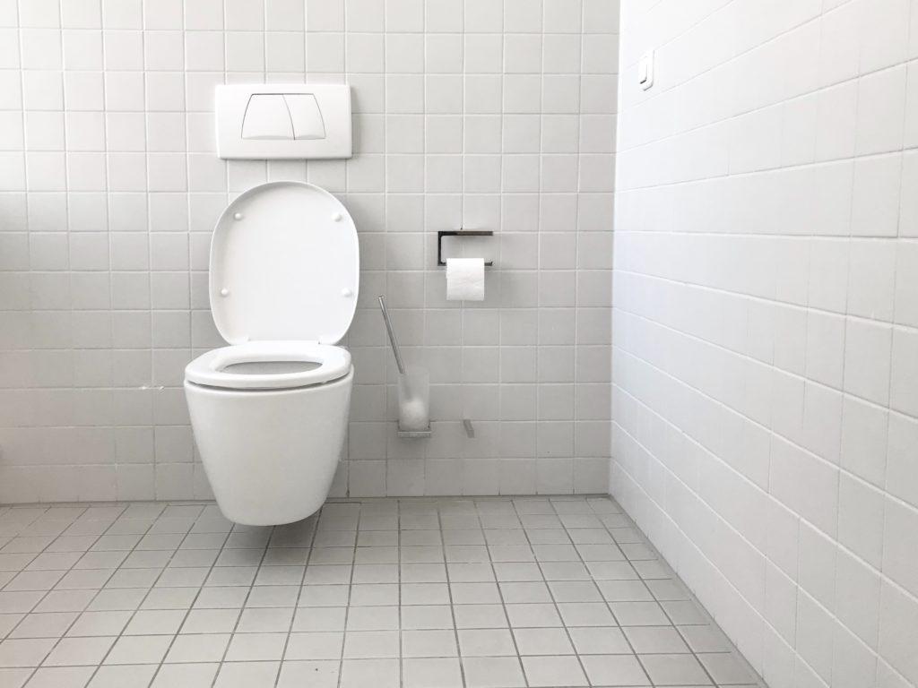 Membersihkan keramik kamar mandi ternyata mudah - Rumah123.com