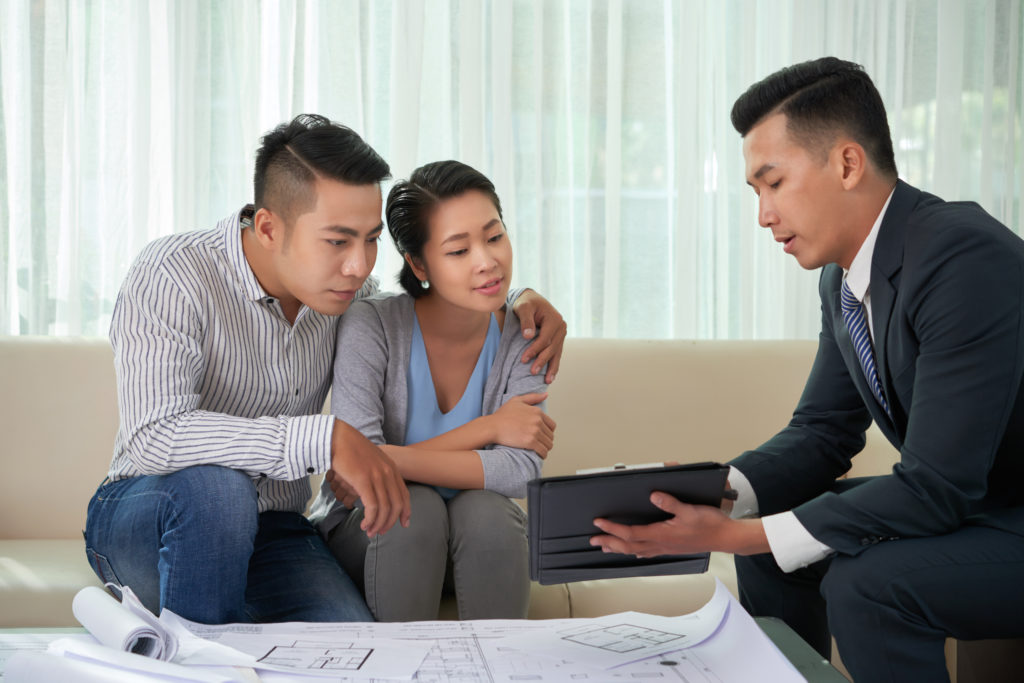 Ilustrasi agen properti sedang berbincang dengan calon pembeli - Rumah123.com