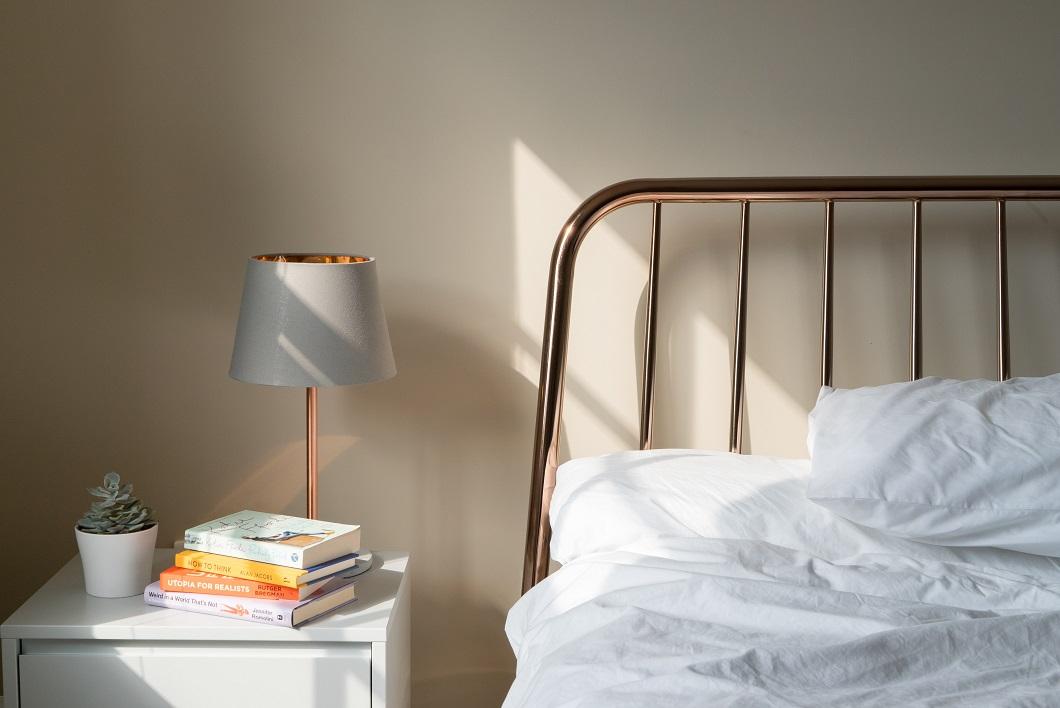 cara menghilangkan bau kamar tidur lembap