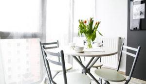 14 Desain Meja Makan Bundar yang Cocok untuk Ruangan Kecil. Menawan!