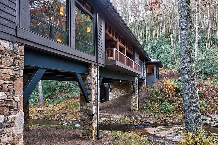 rumah panggung material batu alam