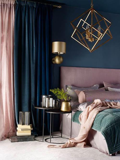 kamar tidur klasik warna navy dan pink