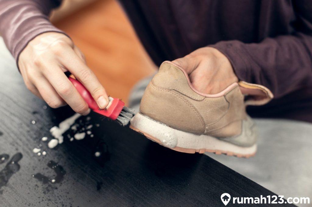 mencuci sepatu
