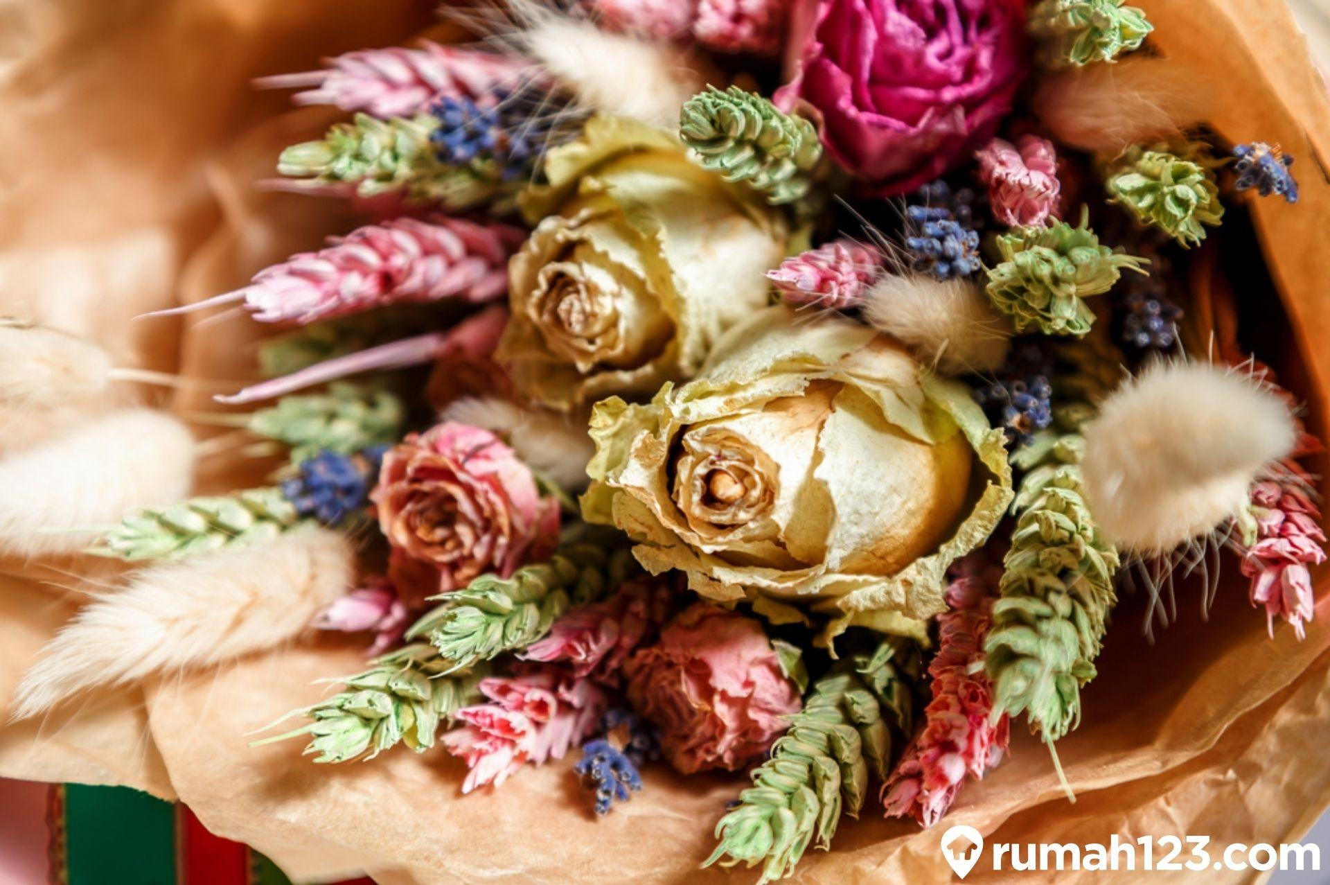 Jangan Dibuang Ini Dia Cara Memanfaatkan Bunga Kering Sebagai Dekorasi Rumah123 Com