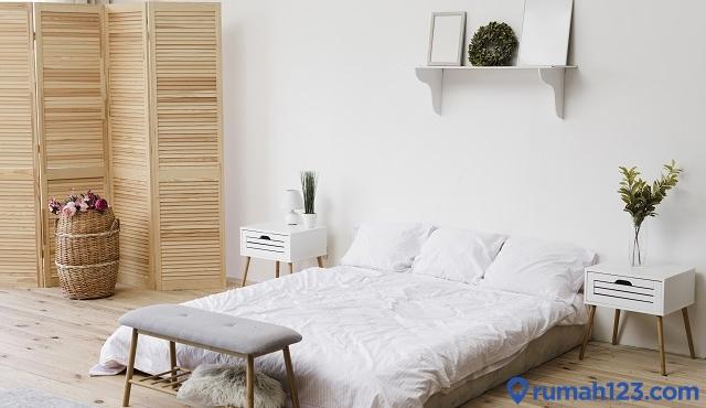 kamar dengan cat netral