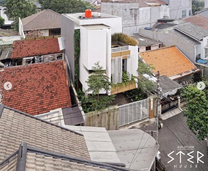 Berbekal lahan yang tidak terlalu luas, rumah modern minimalis 3 lantai yang satu ini terlihat memukau dengan sentuhan alami. Simak inspirasinya di sini!