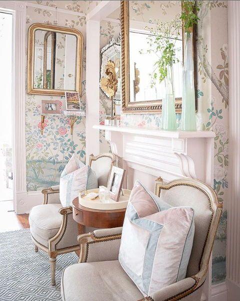 ruang keluarga dengan wallpaper bunga