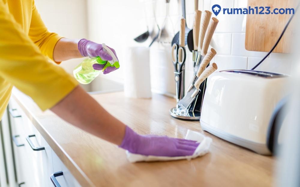 membersihkan dan menata dapur