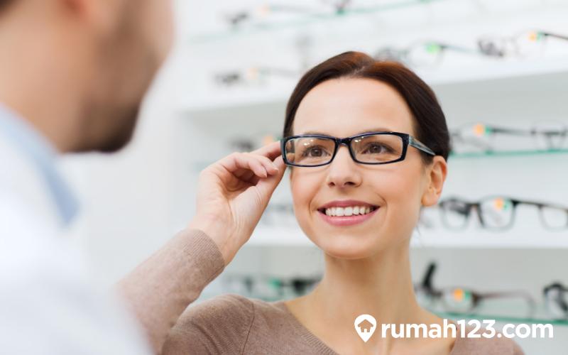 perempuan menggunakan kacamata