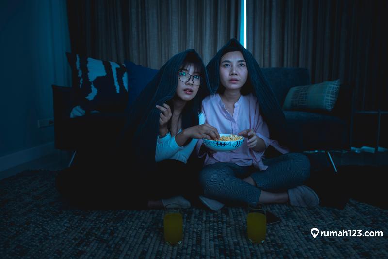 menonton film horor di rumah