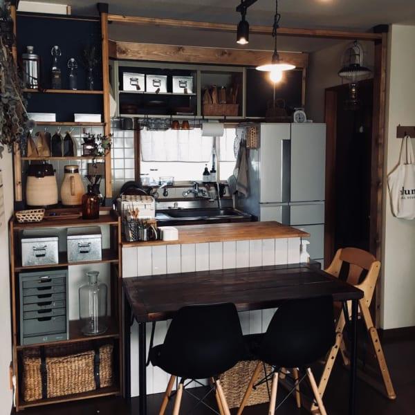 Dapur dan meja makan di ruangan sempit