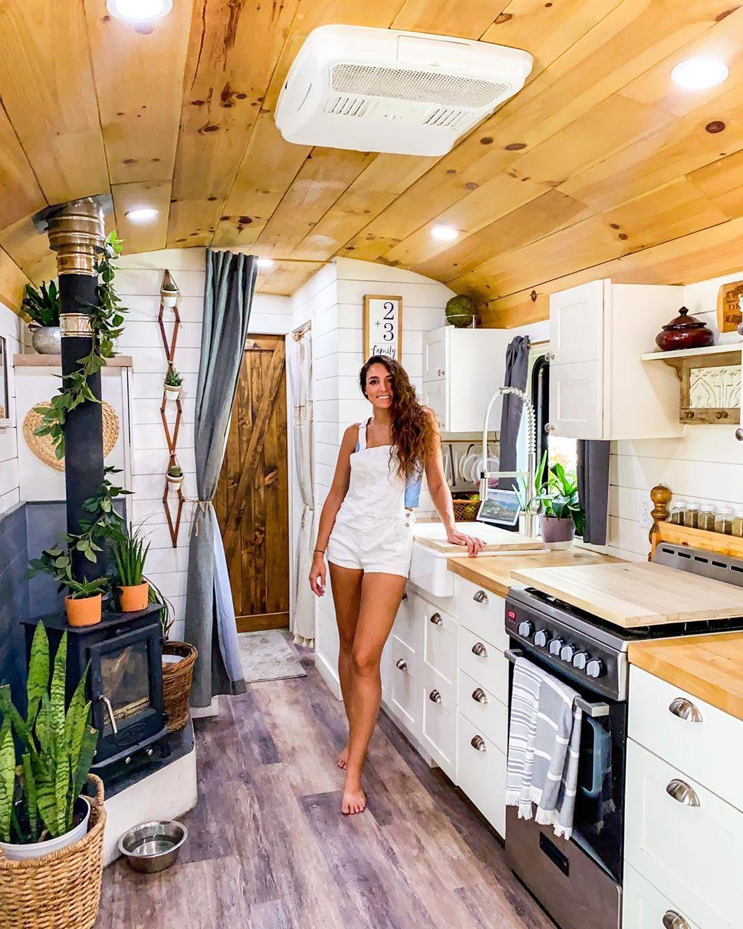 rumah mobil minimalis dengan nuansa tropis