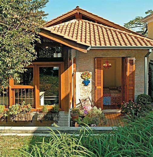 Tema tropis merupakan inspirasi terbaik untuk menghasilkan hunian yang nyaman dengan suasana hijau nan menyejukkan. Untuk itu, simak beberapa referensi rumah minimalis sederhana terbaik yang bisa kamu jadikan inspirasi berikut ini : Rumah minimalis sederhana dengan sentuhan alam