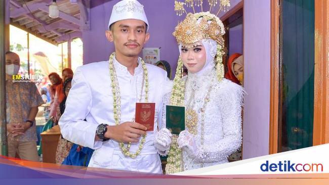 Pengantin menikah tanpa pelaminan