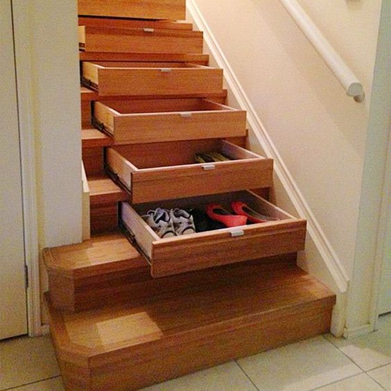 lemari di tangga
