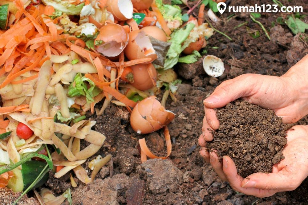 mengelola pupuk kompos
