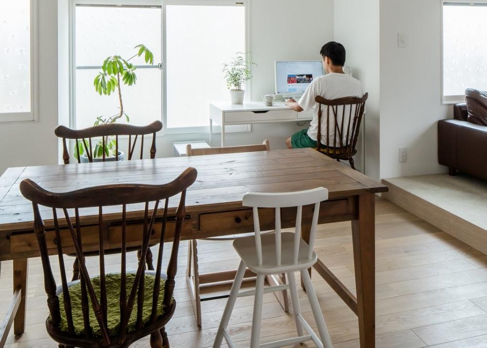 area kerja kecil di ruang makan