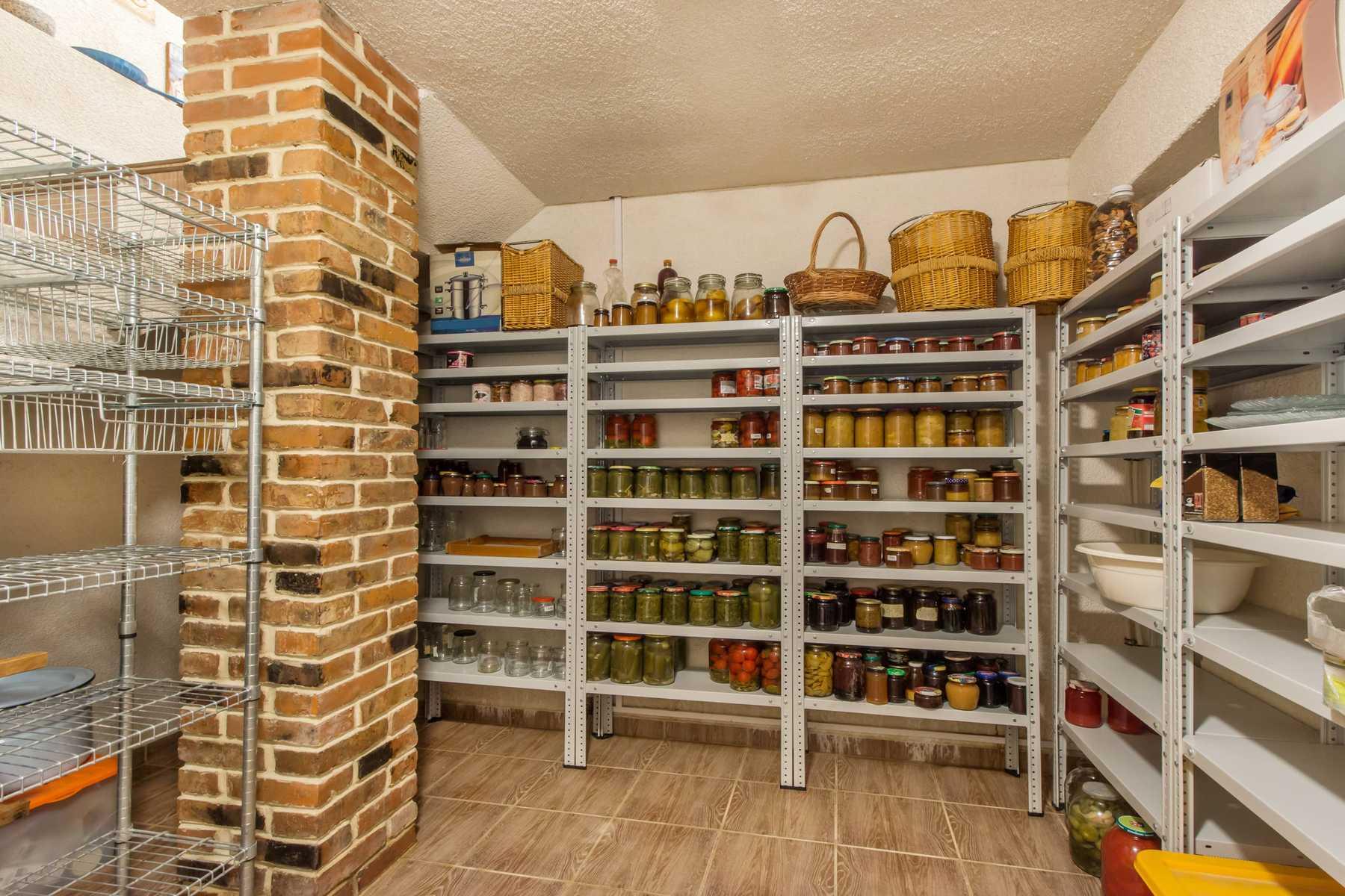 Gudang Rumah Minimalis di Basement