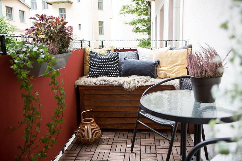 Balkon Minimalis dengan Sofa DIY