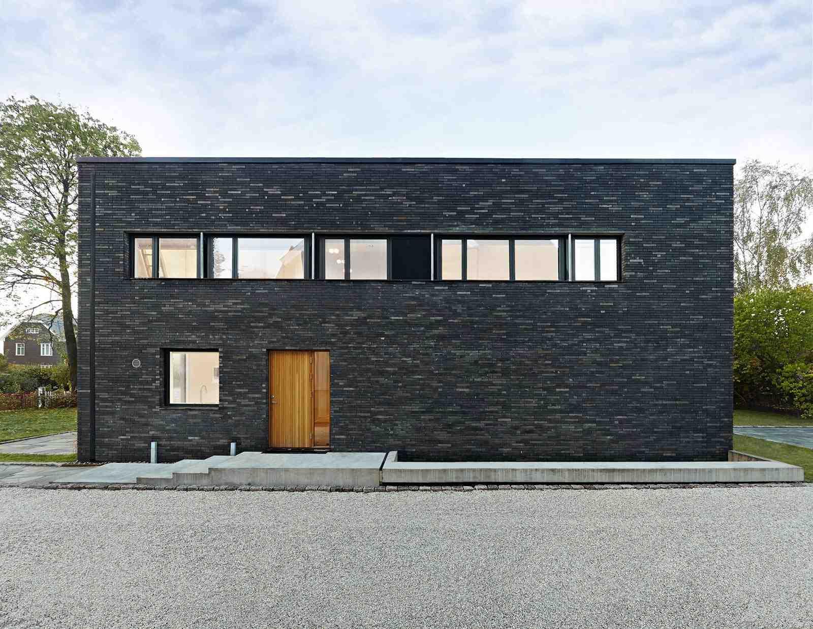 Eksterior Rumah Minimalis dengan Material Batu Alam