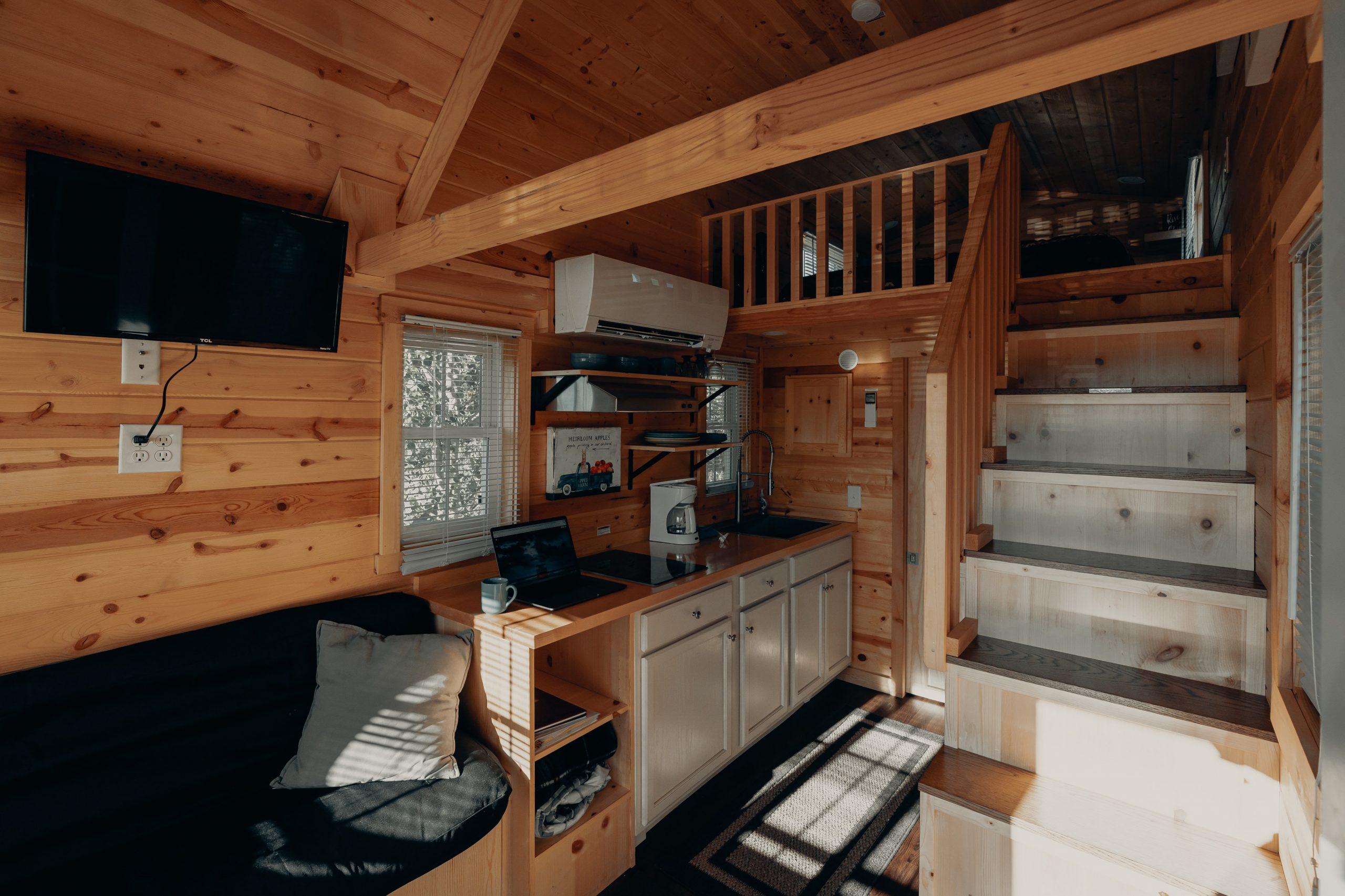 Interior Rumah Mungil dengan Elemen Kayu