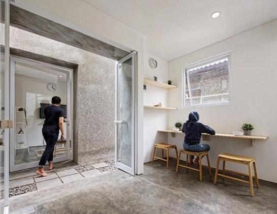 Rumah Minimalis di Gang Sempit Pilih Penggunaan Material Kaca