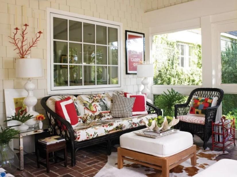 Meletakkan furniture berupa sofa vintage dan lampu hias